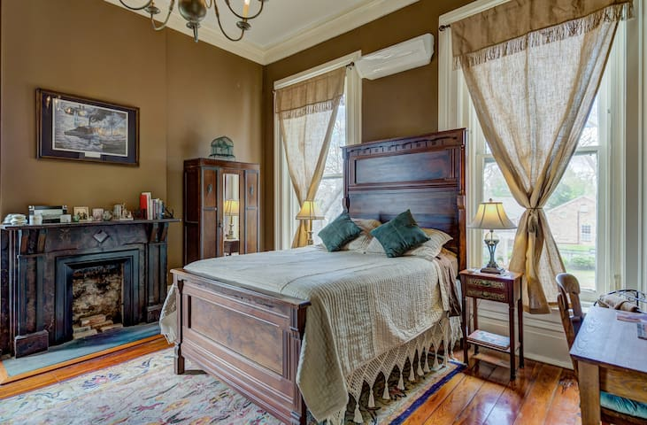 River Room/Antique Queen & Twin beds/shared bath
