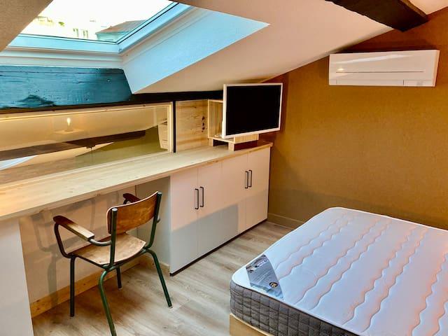 chambre (N°1) toute option : clim réversible, TV connectée, bureau, dressing et placards de rangement.
