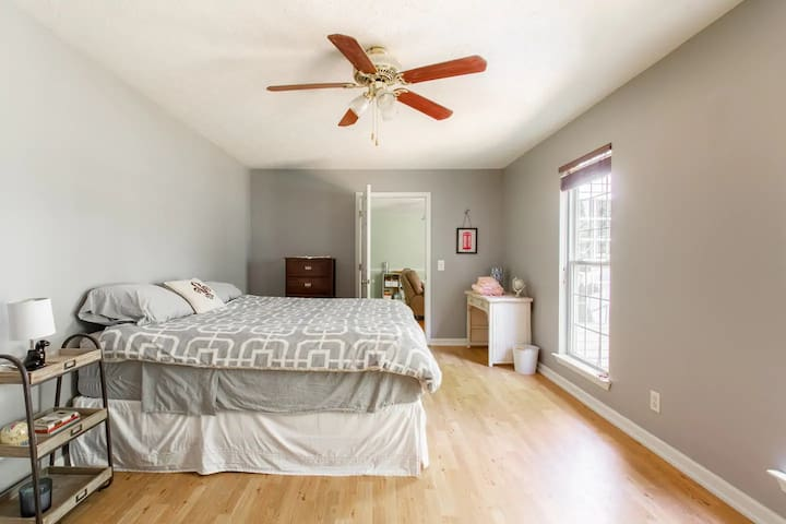 Big Room on Farm, Private Bath, 17 Min to Downtown