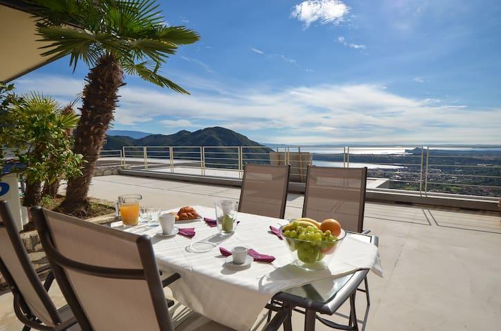 VILLA BELLAVISTA-piscina e relax sul Garda (8 px)