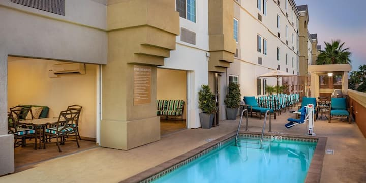 RARE FIND!1 Great Studio Suite, Pool, Parking!
