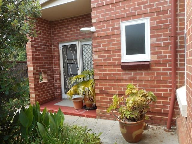 Newly renovated,114 yr old villa.Walk to train/bus - Lower Mitcham - House