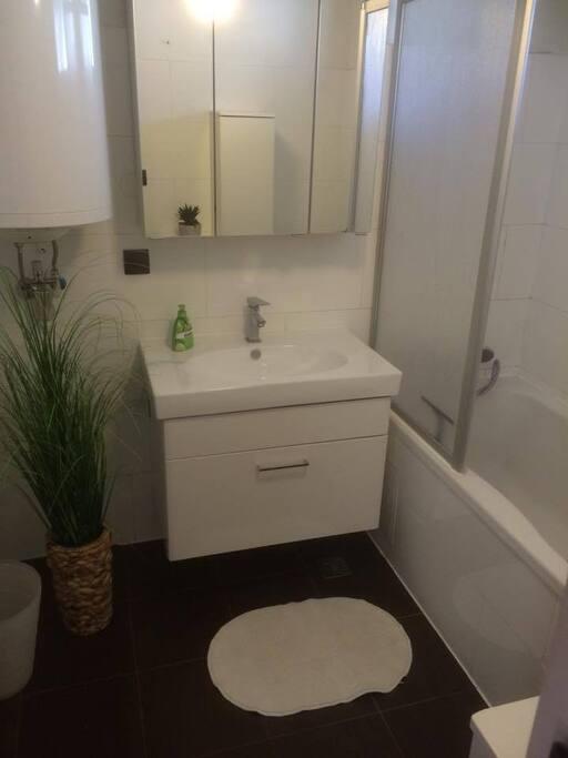 Bathroom with bathtub and shower // Badezimmer mit Badewanne und Duschwanne