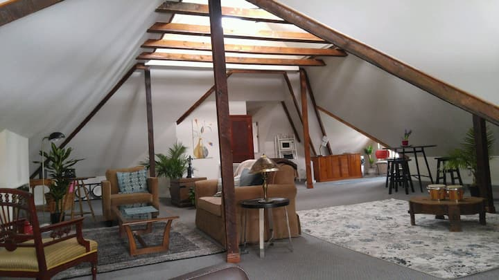 Large Modern Studio Loft  In Heritage Mansion