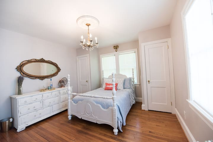 Charming, spacious downtown suite