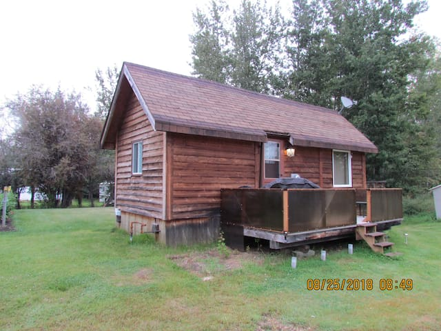 Cute & Cozy Cottage Steps Away from Slave Lake