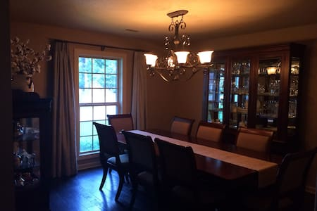 Beautiful spacious home close to downtown. - Jonesboro - House