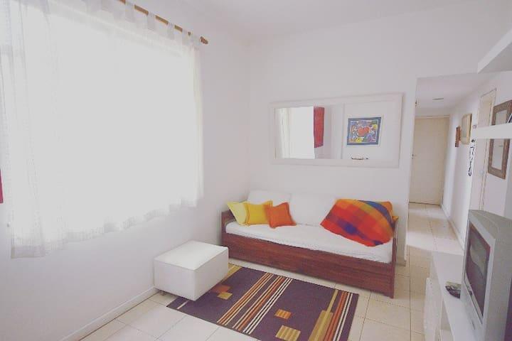 Sala: sofá bi-cama de solteiro, tv, dvd, som , ventilador de teto, wi fi