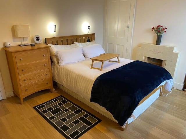 Private double room close to the tube in SouthLond