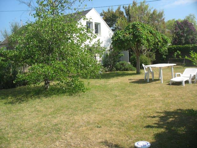 Jardin, confort et tranquillité à 300m de la plage