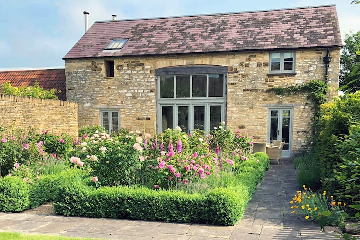 Stunning 2 bedroom barn in Coaley, nr Cotswold Way