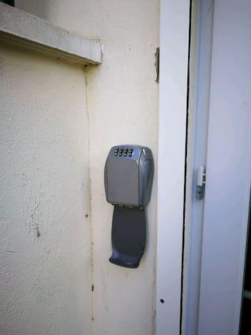 Coffre à clef extérieur, si vous arrivez à une heure, ou ,nous ne pourrions faire l'accueil.