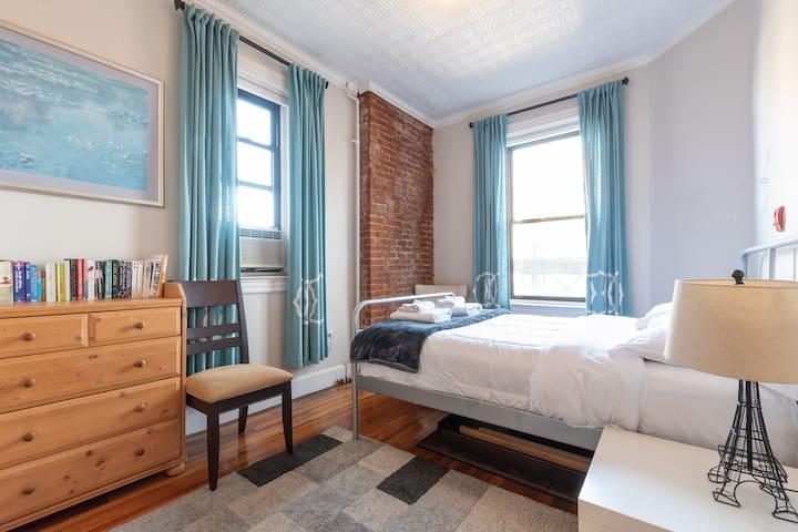 Third bed, queen bed, and garden view