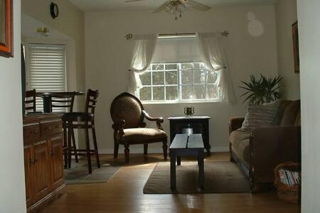 Quaint & Cozy Apartment - Monroe - Lakás