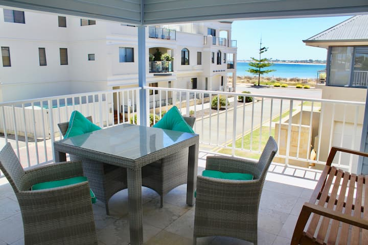 Hampton's Style Beach-Side Apartment 3 Bed, Luxe