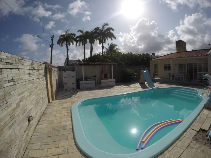 Casa em Serrambi, com piscina e próxima do mar.