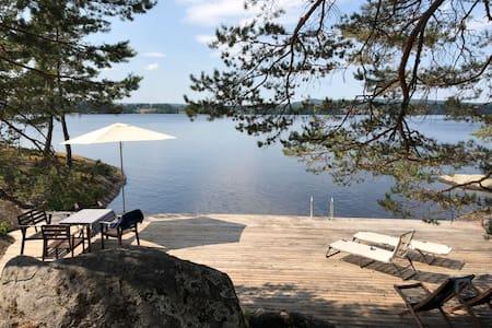 Sommarhus med solig sjötomt i Dalarna