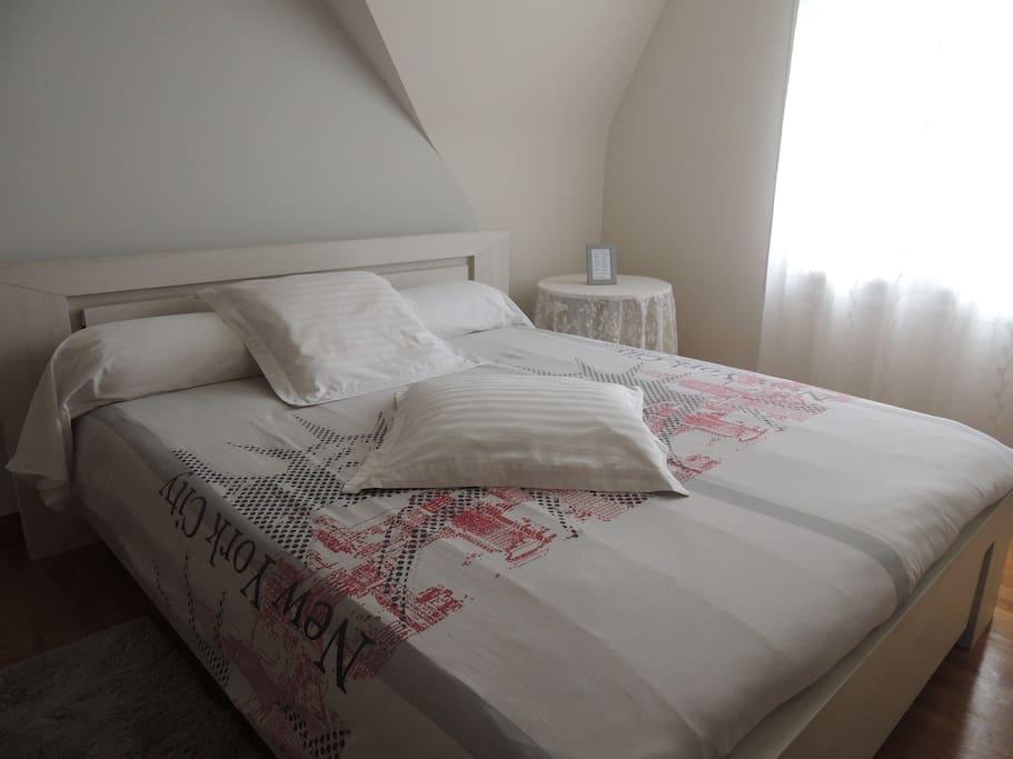 Lit 160 x 200 cm - linge de maison fourni (draps et serviettes)