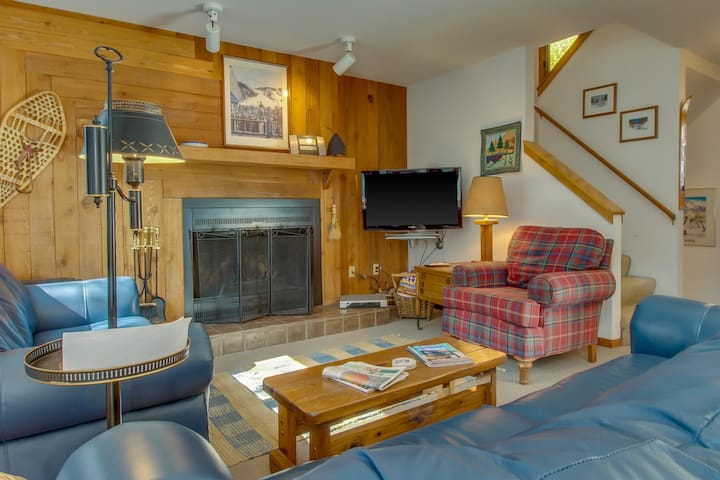Cozy home w/ private hot tub & mountain views! Only seven minutes to the slopes!