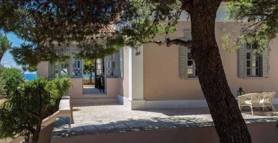 Neoclassical mansion, sleeps 12 - Poseidonia - House