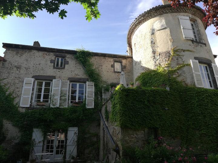 Logement de charme dans ancien prieuré.