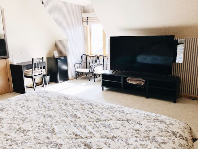 King size bedroom, close to O'Hare and Rosemont