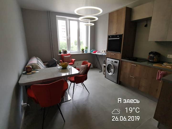 Уютная и светлая комната в новом доме