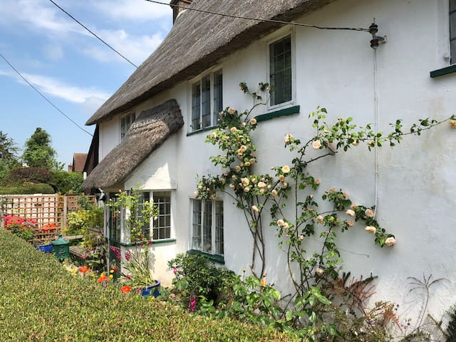 Thatched, C17th, Cross Tree Cottage, sleeps 5.