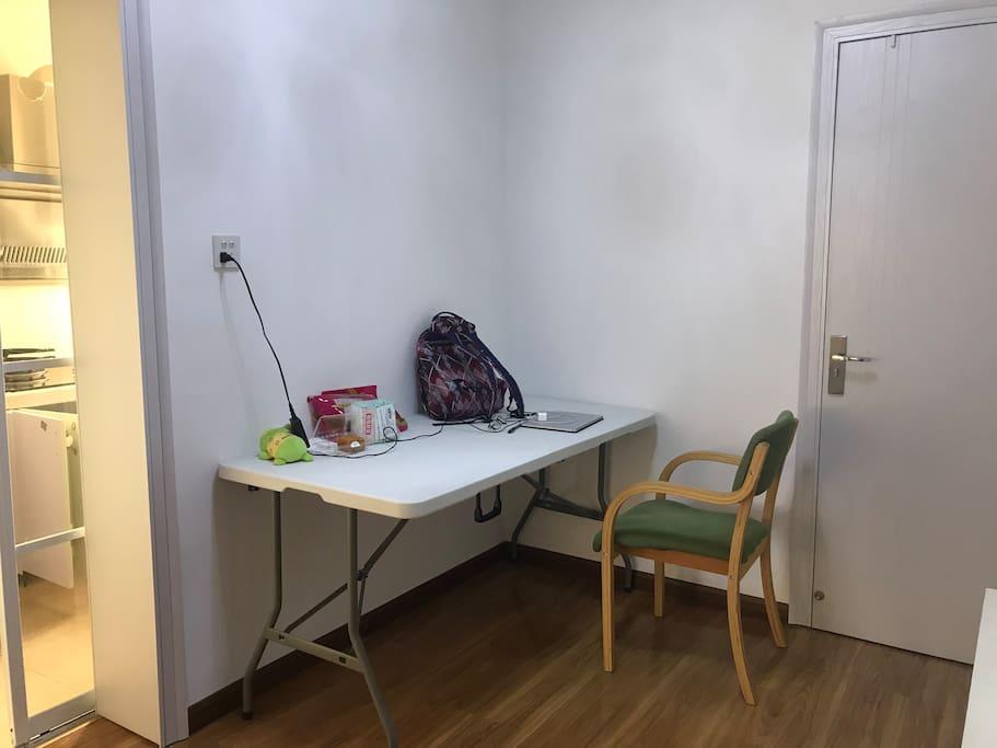 客厅可兼作书桌和饭桌,阳台也有小片的办公区域,可自行选择,我喜欢在这里做一些文字工作,明亮的灯光让我效率倍增。