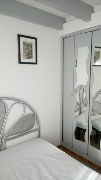 Une chambre avec un lit en 140 cm