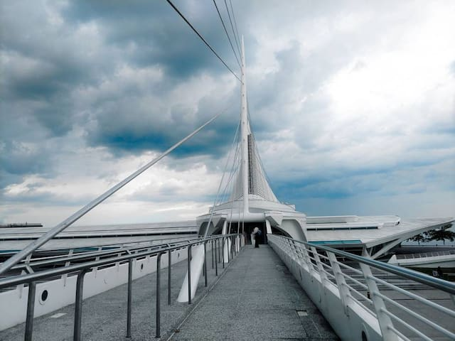 The Milwaukee Art Museum is walking distance