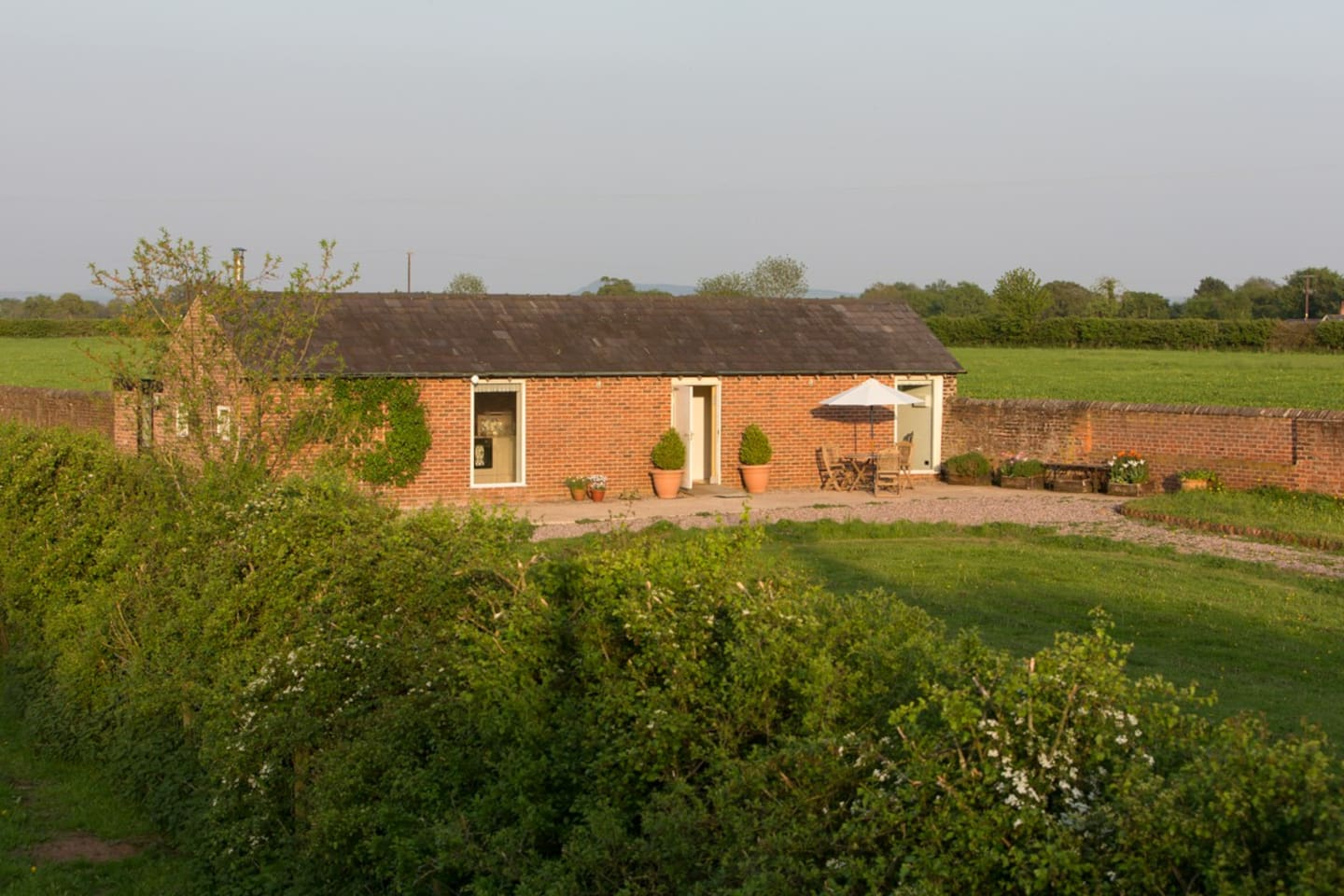 Quiet rural retreat on a certified organic (bio) farm. Good walking and cycling. Explore Cheshire.