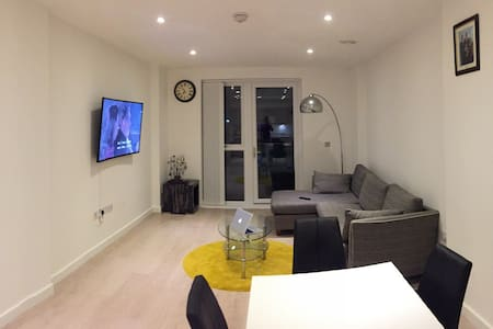 Modern Double Bedroom & Living Room (2 Dbl Beds) - Wembley