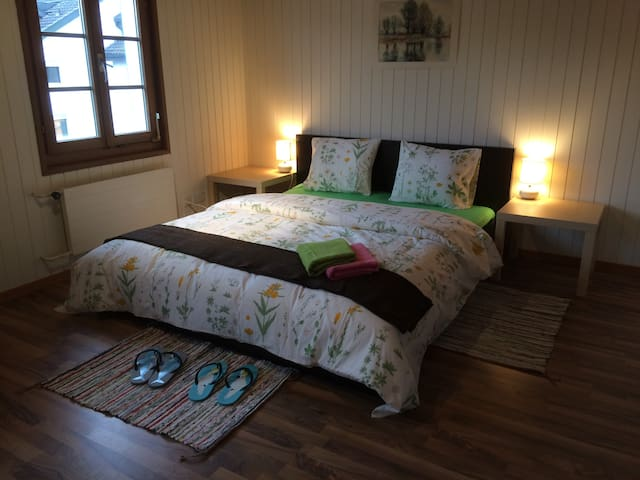 Ze Farmhouse Apt I, 2 BR + bathroom, sleeping 5 - Adligenswil - Kondominium