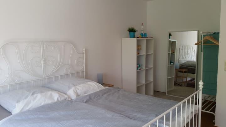 Schönes Zimmer in einem Haus im Grünen, stadtnah