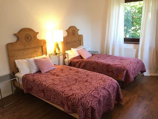 Zimmer mit 2 Einzelbetten,  Bauernmöbel und Tageslichtbad