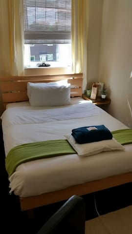 Cosy Double Room and light breakfast, next to tram - Chadderton - House