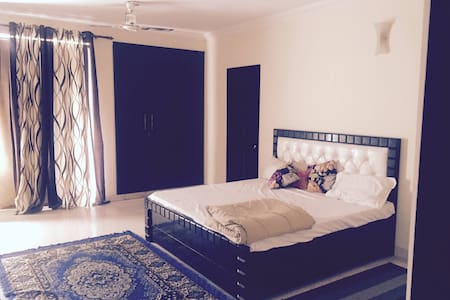 Bed and Breakfast near Sector 18 and Sector 125 - Noida - Bed & Breakfast