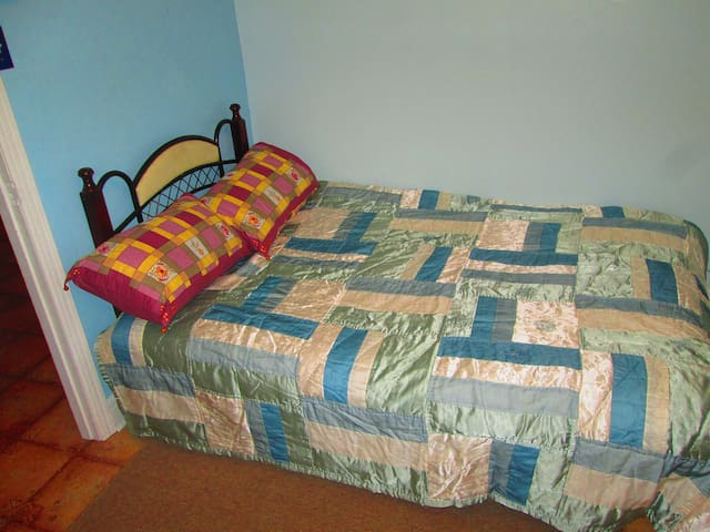 Cozy Bedroom in Quiet Residential Area - Laval - Apartment