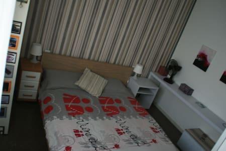 Habitación doble en piso acogedor, zonas verdes - Vic