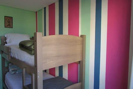 Confortável quarto com escritório