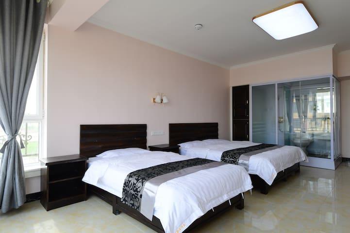 40平米的三人间,1.8+1.2两张床,可居住三个大人一个小孩。