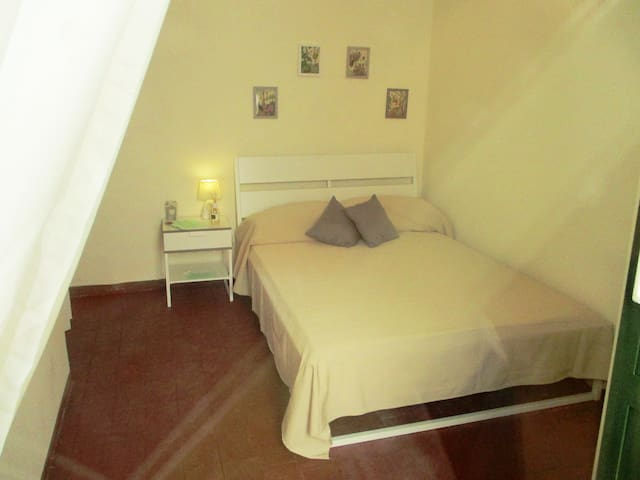 """""""Gelsomino""""  camera con letto alla francese - San Gregorio di Catania"""