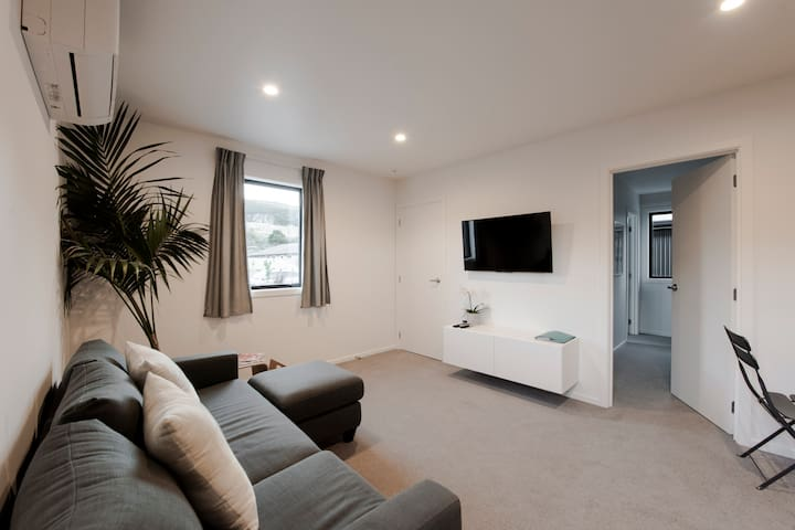 Kingfisher Haven - New apartment - Separate lounge