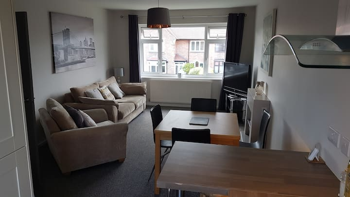 Very clean tidy 2 bed flat short walk to village
