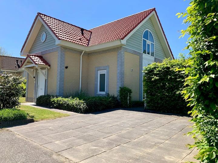 Zeelandvilla, vrijstaand huis (8p.) 100 m strand