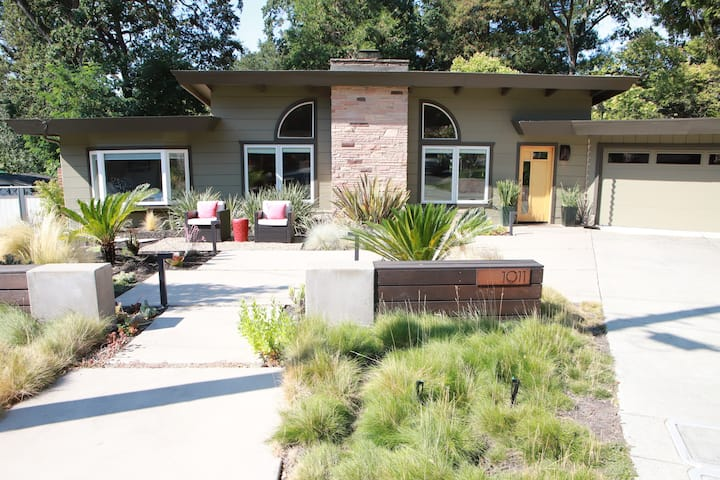 Contemporary Creekside Retreat, an Outdoor Oasis