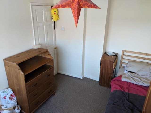 Eastleigh twin room walking distance from airport.