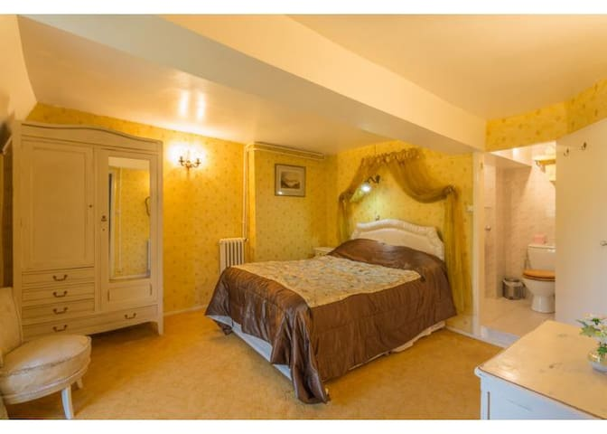 Large en-suite bedroom  - Ardilleux - Bed & Breakfast