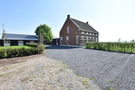 Stijlvol vakantiehuis in Hulst met open haard